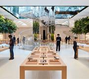 Знаменитый Apple Store вновь открывает свои двери.