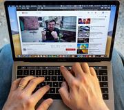 Владельцы MacBook Pro подали коллективный иск против Apple.